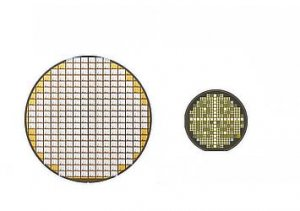 Left:Silicon power semiconductor wafer (transistor)Right:SiC power semiconductor wafer (transistor)